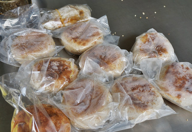 [高雄]無法一手掌握的銅板價超爆量口袋燒餅-王家燒餅(三民區大昌店) @美食好芃友