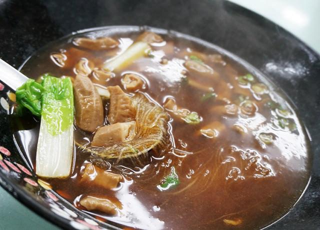 [高雄]大塊紅肉配綠色蔬菜麵!?常發養生蔬菜排骨麵 @美食好芃友