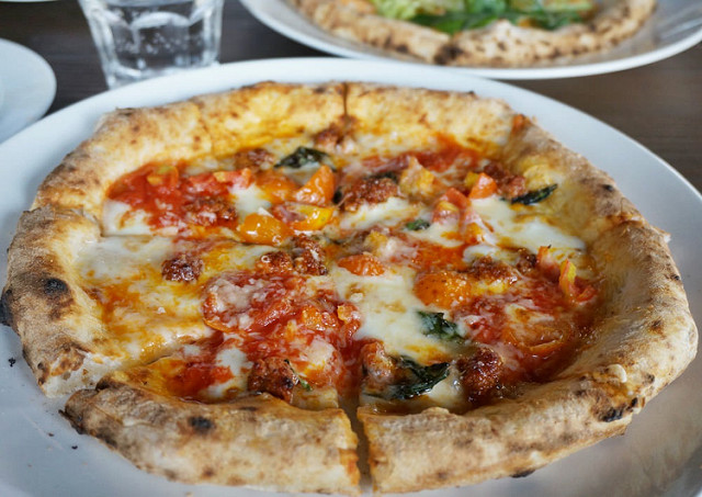 [台南] 窯烤pizza餅皮飄香!好吃薄皮pizza-YAMI YAMI亞米亞米拿坡里窯烤披薩 @美食好芃友