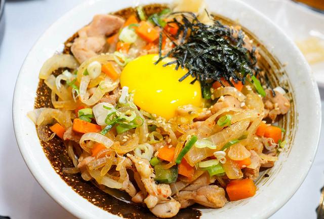 [高雄]影城旁的平價日式料理X滿載海鮮的生魚丼飯-森一丼飯壽司 @美食好芃友
