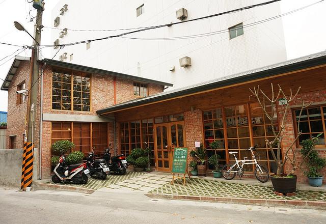 [高雄]窗光、復古紅磚房與咖啡香-春正商行コーヒー、焙煎 @美食好芃友