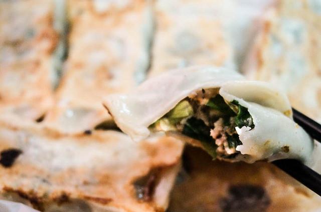 [台南]學區內的美味小確幸!?銅板價香脆飽滿鍋貼-明仁鍋貼 @美食好芃友